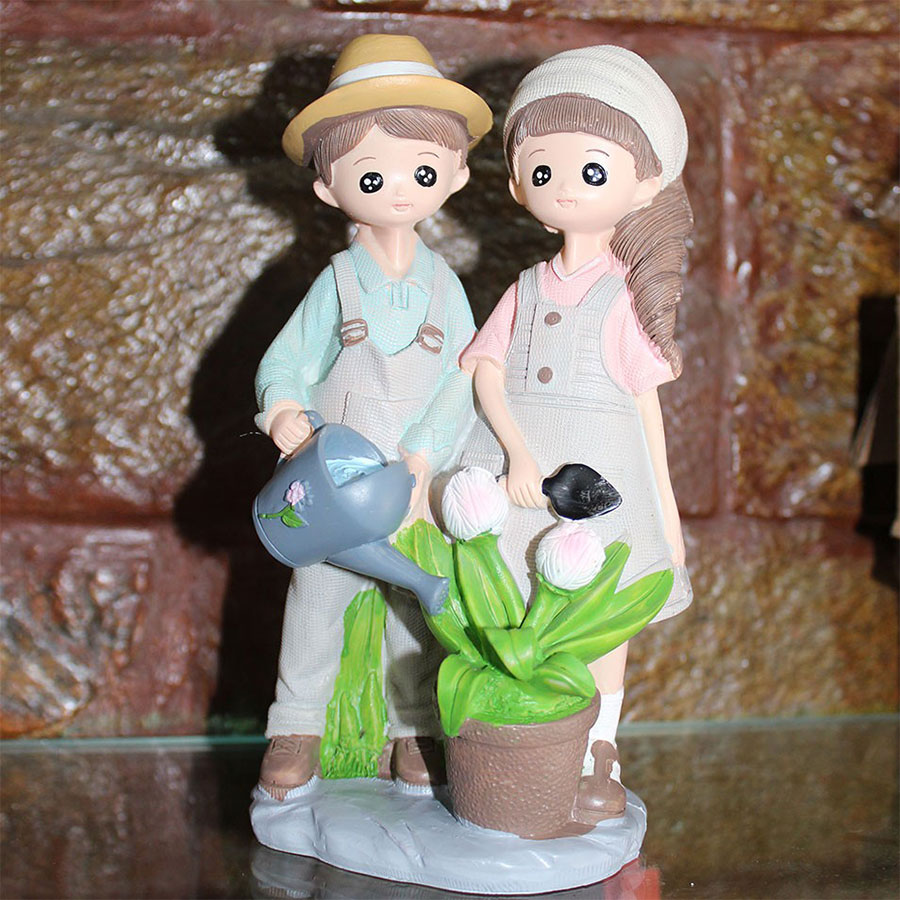 Adorable Showpiece for Couples